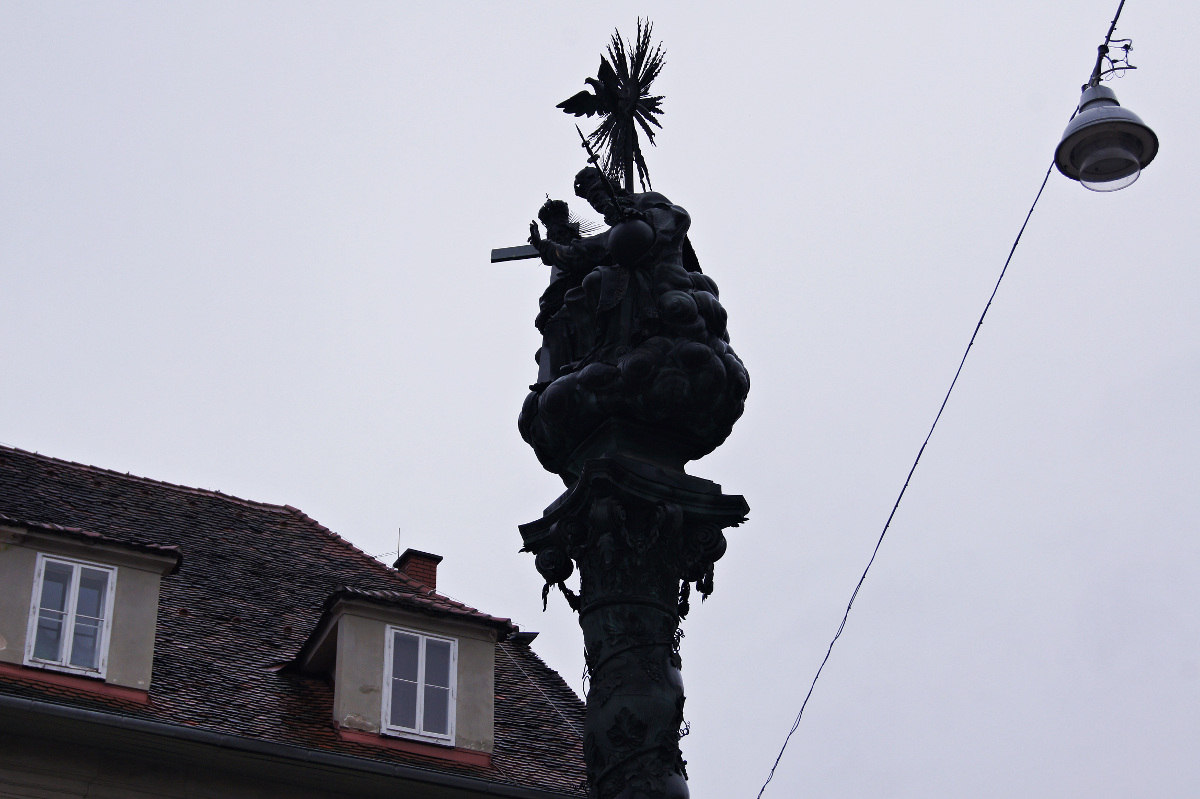 Karmeliterplatz Am Karmeliterplatz findet man die Dreifaltigkeitssäule, die Kaiser Leopold I. anlässlich der überstandenen Pestepidemie im 17. Jahrhundert stiftete. Zur damaligen Zeit lebte man in Sachen Gesundheit, Reichtum und Sicherheit wesentlich gefährdeter, als wir es heute tun.