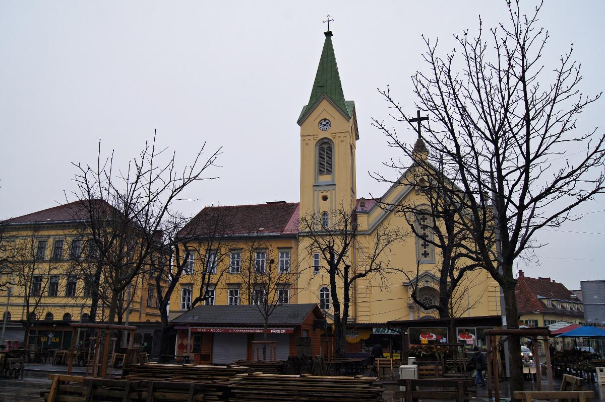 """Heilandskirche Die Heilandskirche ist die erste evangelische Kirche in Graz und erscheint mit ihrem separat stehenden Kirchturm fast ein bisschen merkwürdig. Der Grund hierfür liegt in einer Beschränkung des Rechts auf Religionsfreiheit. Graz als Zentrum der Gegenreformation setzte in der frühen Neuzeit den katholischen Glauben in einem weitgehend protestantisch gewordenen Land wieder nahezu komplett durch. Nach dem Toleranzpatent Josefs II. dauerte es noch mehrere Jahrzehnte, bis ProtestantInnen in Graz das Recht bekamen, eine Kirche zu bauen. Dieses Recht hatte jedoch auch spezielle Auflagen: Der Bau musste aussehen wie ein gewöhnliches Wohnhaus, Kirchenfenster und –türme waren verboten. In Gemeinderatsprotokollen aus den 1830er Jahren finden sich ähnliche """"Argumente"""" wie jene, die in der aktuellen Diskussion um den Bau von Moscheen und Minaretten vorgebracht werden."""